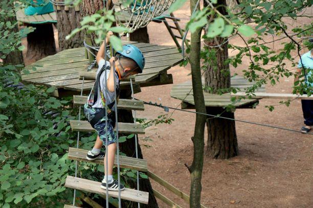 enfant pont en bois1
